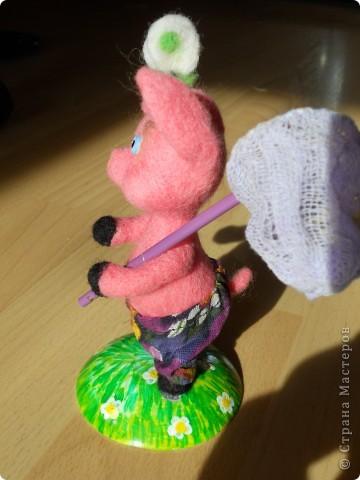 Здравствуйте! Рада, что зашли ко мне в гости! Давно у меня лежала розовая шерсть, кого можно из нее сделать? Только поросенка. фото 5