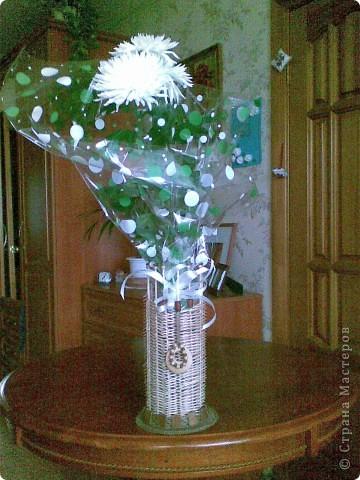 Всем привет! На днях в доме был День рождения, подарили цветы, а  ставить оказалось некуда. В итоге родилась вазочка. Идею я у кого-то в СМ видела, к сожалению, не помню у кого точно. Я  немного изменила технологию, т.к. ссылку на мастер-класс не сохранила и делала как запомнила. Основа - обклеенный гофрокартон, 13 шашлычных шпажек, 3 больших упаковки зубочисток, шпагат и бусины для декора и вуаля - теперь есть куда поставить высокие цветы и ветки. Высота вазочки 30 см, диаметр достаточный для того чтобы внутрь помещалась 1,5 литровая пластиковая бутылка с отрезанным горлышком (или другая подобная емкость).  фото 1