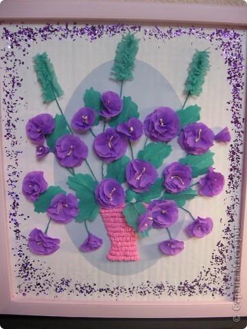 Фиалковый букетик для моих девочек.А делали совместно.Пытаюсь приучить моих юных красавиц к творчеству. Цветочки и листочки из креповой бумаги, вазочка из гофротрубочек. фото 2