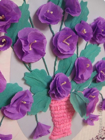 Фиалковый букетик для моих девочек.А делали совместно.Пытаюсь приучить моих юных красавиц к творчеству. Цветочки и листочки из креповой бумаги, вазочка из гофротрубочек. фото 13