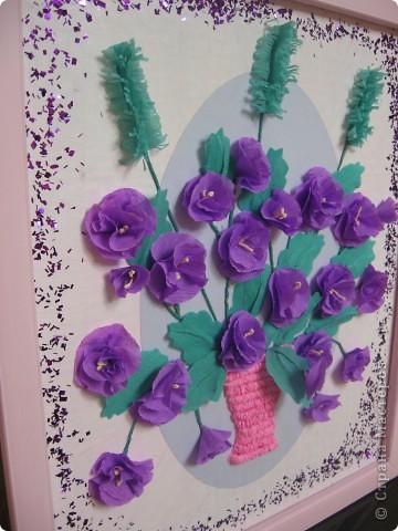 Фиалковый букетик для моих девочек.А делали совместно.Пытаюсь приучить моих юных красавиц к творчеству. Цветочки и листочки из креповой бумаги, вазочка из гофротрубочек. фото 3