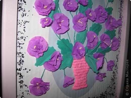 Фиалковый букетик для моих девочек.А делали совместно.Пытаюсь приучить моих юных красавиц к творчеству. Цветочки и листочки из креповой бумаги, вазочка из гофротрубочек. фото 4