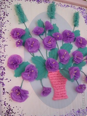Фиалковый букетик для моих девочек.А делали совместно.Пытаюсь приучить моих юных красавиц к творчеству. Цветочки и листочки из креповой бумаги, вазочка из гофротрубочек. фото 5