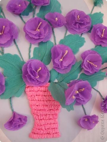 Фиалковый букетик для моих девочек.А делали совместно.Пытаюсь приучить моих юных красавиц к творчеству. Цветочки и листочки из креповой бумаги, вазочка из гофротрубочек. фото 6