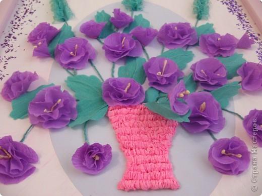 Фиалковый букетик для моих девочек.А делали совместно.Пытаюсь приучить моих юных красавиц к творчеству. Цветочки и листочки из креповой бумаги, вазочка из гофротрубочек. фото 1