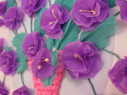 Фиалковый букетик для моих девочек.А делали совместно.Пытаюсь приучить моих юных красавиц к творчеству. Цветочки и листочки из креповой бумаги, вазочка из гофротрубочек. фото 8