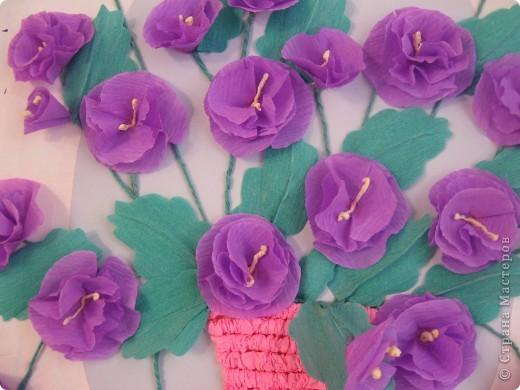 Фиалковый букетик для моих девочек.А делали совместно.Пытаюсь приучить моих юных красавиц к творчеству. Цветочки и листочки из креповой бумаги, вазочка из гофротрубочек. фото 9