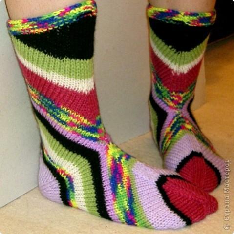Необычные носочки вяжутся с пятки. Описание вязания здесь: http://secondstreet.ru/blog/noski/