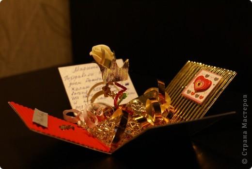 Вот такой получилась моя первая коробочка, которую я в спешке (за два часа) сделала на день рождения подруги. Использовала цветной картон, гофрированный картон, проволоку(закрутила спиралью), на которой держаться корона и розочка, сетку на дно, бусинки, которые одевала на проволоку и всякие мелкие детали для украшения)) да, и еще конфетка - подсластить подарок))) идею брала здесь http://stranamasterov.ru/node/138938?c=favorite фото 5