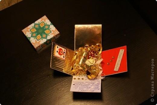 Вот такой получилась моя первая коробочка, которую я в спешке (за два часа) сделала на день рождения подруги. Использовала цветной картон, гофрированный картон, проволоку(закрутила спиралью), на которой держаться корона и розочка, сетку на дно, бусинки, которые одевала на проволоку и всякие мелкие детали для украшения)) да, и еще конфетка - подсластить подарок))) идею брала здесь http://stranamasterov.ru/node/138938?c=favorite фото 1