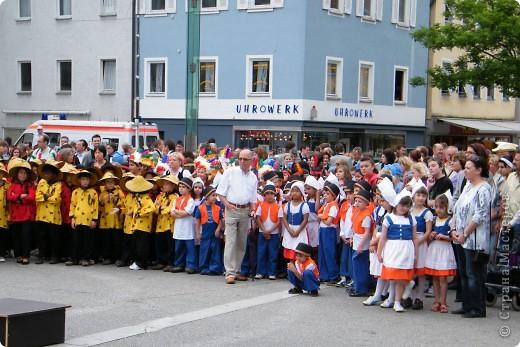 Майентаг - народный праздник, проходящий в мае или июне в  городе Геппинген (также в других городах юга Германии). Проводится он уже с августа  1650, в честь празднования  окончания 30-ти летней войны.  На день раньше проходит концерт,  на следуюший день праздничное шествие, приезжает луна-парк и в конце 3-го дня с открытия атракционов все заканчивается фейерверком. фото 5