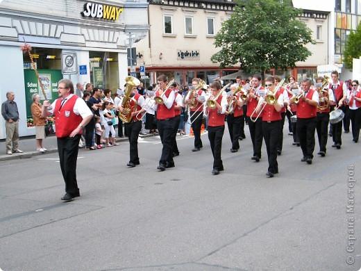Майентаг - народный праздник, проходящий в мае или июне в  городе Геппинген (также в других городах юга Германии). Проводится он уже с августа  1650, в честь празднования  окончания 30-ти летней войны.  На день раньше проходит концерт,  на следуюший день праздничное шествие, приезжает луна-парк и в конце 3-го дня с открытия атракционов все заканчивается фейерверком. фото 7