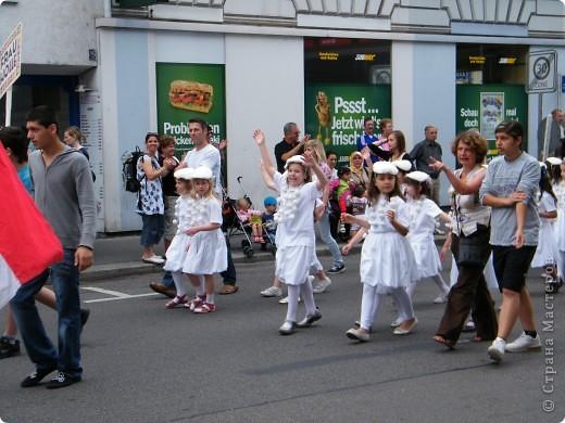 Майентаг - народный праздник, проходящий в мае или июне в  городе Геппинген (также в других городах юга Германии). Проводится он уже с августа  1650, в честь празднования  окончания 30-ти летней войны.  На день раньше проходит концерт,  на следуюший день праздничное шествие, приезжает луна-парк и в конце 3-го дня с открытия атракционов все заканчивается фейерверком. фото 8