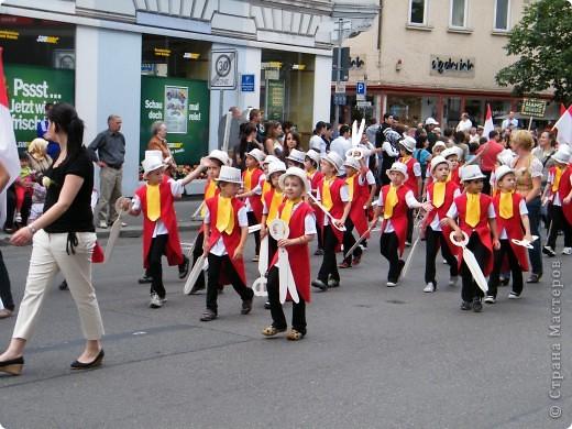 Майентаг - народный праздник, проходящий в мае или июне в  городе Геппинген (также в других городах юга Германии). Проводится он уже с августа  1650, в честь празднования  окончания 30-ти летней войны.  На день раньше проходит концерт,  на следуюший день праздничное шествие, приезжает луна-парк и в конце 3-го дня с открытия атракционов все заканчивается фейерверком. фото 9