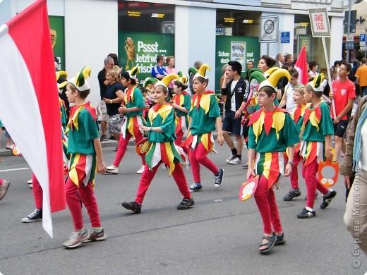 Майентаг - народный праздник, проходящий в мае или июне в  городе Геппинген (также в других городах юга Германии). Проводится он уже с августа  1650, в честь празднования  окончания 30-ти летней войны.  На день раньше проходит концерт,  на следуюший день праздничное шествие, приезжает луна-парк и в конце 3-го дня с открытия атракционов все заканчивается фейерверком. фото 11