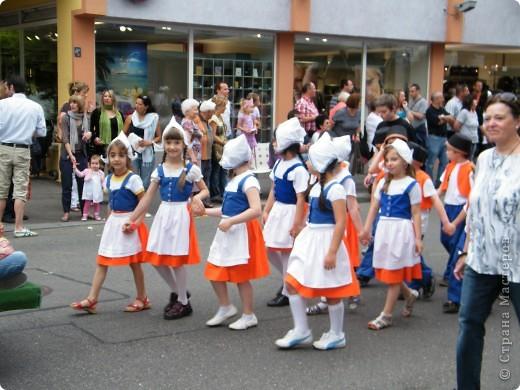 Майентаг - народный праздник, проходящий в мае или июне в  городе Геппинген (также в других городах юга Германии). Проводится он уже с августа  1650, в честь празднования  окончания 30-ти летней войны.  На день раньше проходит концерт,  на следуюший день праздничное шествие, приезжает луна-парк и в конце 3-го дня с открытия атракционов все заканчивается фейерверком. фото 15