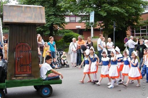 Майентаг - народный праздник, проходящий в мае или июне в  городе Геппинген (также в других городах юга Германии). Проводится он уже с августа  1650, в честь празднования  окончания 30-ти летней войны.  На день раньше проходит концерт,  на следуюший день праздничное шествие, приезжает луна-парк и в конце 3-го дня с открытия атракционов все заканчивается фейерверком. фото 14
