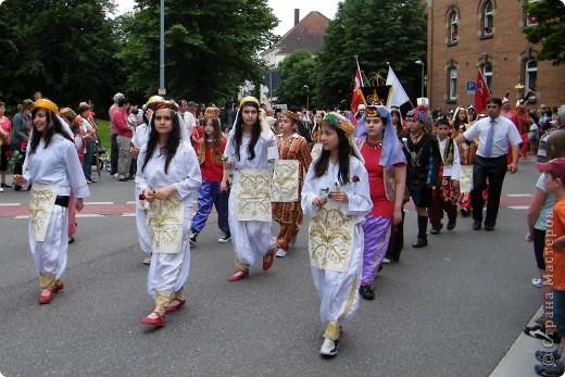 Майентаг - народный праздник, проходящий в мае или июне в  городе Геппинген (также в других городах юга Германии). Проводится он уже с августа  1650, в честь празднования  окончания 30-ти летней войны.  На день раньше проходит концерт,  на следуюший день праздничное шествие, приезжает луна-парк и в конце 3-го дня с открытия атракционов все заканчивается фейерверком. фото 21