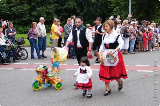 Майентаг - народный праздник, проходящий в мае или июне в  городе Геппинген (также в других городах юга Германии). Проводится он уже с августа  1650, в честь празднования  окончания 30-ти летней войны.  На день раньше проходит концерт,  на следуюший день праздничное шествие, приезжает луна-парк и в конце 3-го дня с открытия атракционов все заканчивается фейерверком. фото 22