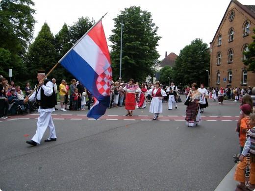 Майентаг - народный праздник, проходящий в мае или июне в  городе Геппинген (также в других городах юга Германии). Проводится он уже с августа  1650, в честь празднования  окончания 30-ти летней войны.  На день раньше проходит концерт,  на следуюший день праздничное шествие, приезжает луна-парк и в конце 3-го дня с открытия атракционов все заканчивается фейерверком. фото 25