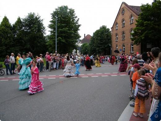 Майентаг - народный праздник, проходящий в мае или июне в  городе Геппинген (также в других городах юга Германии). Проводится он уже с августа  1650, в честь празднования  окончания 30-ти летней войны.  На день раньше проходит концерт,  на следуюший день праздничное шествие, приезжает луна-парк и в конце 3-го дня с открытия атракционов все заканчивается фейерверком. фото 26