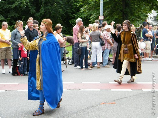 Майентаг - народный праздник, проходящий в мае или июне в  городе Геппинген (также в других городах юга Германии). Проводится он уже с августа  1650, в честь празднования  окончания 30-ти летней войны.  На день раньше проходит концерт,  на следуюший день праздничное шествие, приезжает луна-парк и в конце 3-го дня с открытия атракционов все заканчивается фейерверком. фото 29