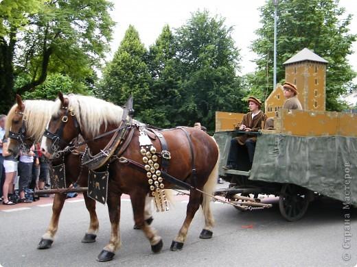 Майентаг - народный праздник, проходящий в мае или июне в  городе Геппинген (также в других городах юга Германии). Проводится он уже с августа  1650, в честь празднования  окончания 30-ти летней войны.  На день раньше проходит концерт,  на следуюший день праздничное шествие, приезжает луна-парк и в конце 3-го дня с открытия атракционов все заканчивается фейерверком. фото 33