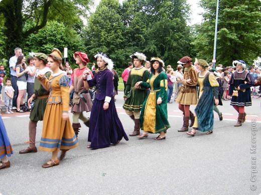 Майентаг - народный праздник, проходящий в мае или июне в  городе Геппинген (также в других городах юга Германии). Проводится он уже с августа  1650, в честь празднования  окончания 30-ти летней войны.  На день раньше проходит концерт,  на следуюший день праздничное шествие, приезжает луна-парк и в конце 3-го дня с открытия атракционов все заканчивается фейерверком. фото 37