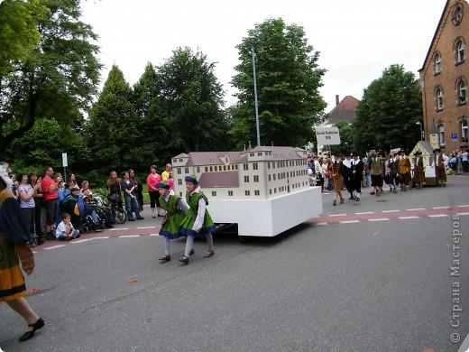 Майентаг - народный праздник, проходящий в мае или июне в  городе Геппинген (также в других городах юга Германии). Проводится он уже с августа  1650, в честь празднования  окончания 30-ти летней войны.  На день раньше проходит концерт,  на следуюший день праздничное шествие, приезжает луна-парк и в конце 3-го дня с открытия атракционов все заканчивается фейерверком. фото 35