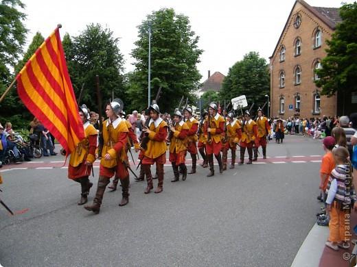 Майентаг - народный праздник, проходящий в мае или июне в  городе Геппинген (также в других городах юга Германии). Проводится он уже с августа  1650, в честь празднования  окончания 30-ти летней войны.  На день раньше проходит концерт,  на следуюший день праздничное шествие, приезжает луна-парк и в конце 3-го дня с открытия атракционов все заканчивается фейерверком. фото 40