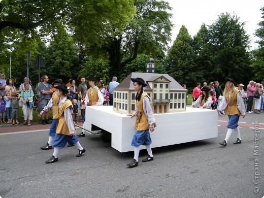 Майентаг - народный праздник, проходящий в мае или июне в  городе Геппинген (также в других городах юга Германии). Проводится он уже с августа  1650, в честь празднования  окончания 30-ти летней войны.  На день раньше проходит концерт,  на следуюший день праздничное шествие, приезжает луна-парк и в конце 3-го дня с открытия атракционов все заканчивается фейерверком. фото 36