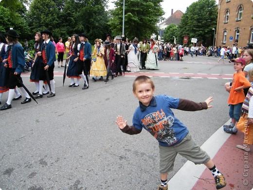 Майентаг - народный праздник, проходящий в мае или июне в  городе Геппинген (также в других городах юга Германии). Проводится он уже с августа  1650, в честь празднования  окончания 30-ти летней войны.  На день раньше проходит концерт,  на следуюший день праздничное шествие, приезжает луна-парк и в конце 3-го дня с открытия атракционов все заканчивается фейерверком. фото 43