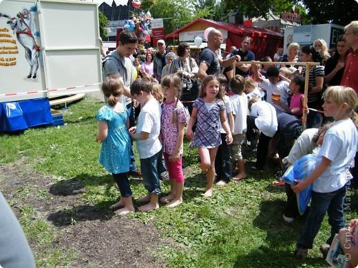 Майентаг - народный праздник, проходящий в мае или июне в  городе Геппинген (также в других городах юга Германии). Проводится он уже с августа  1650, в честь празднования  окончания 30-ти летней войны.  На день раньше проходит концерт,  на следуюший день праздничное шествие, приезжает луна-парк и в конце 3-го дня с открытия атракционов все заканчивается фейерверком. фото 47