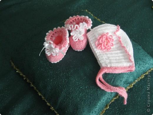 Симпатичные пинетки с шапочкой  связала для своей внучки.