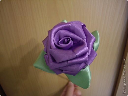 На досуге сделала вот такую розу. Люблю крутить розы из лент, и ничего с этим не могу поделать! Руки сами тянутся к игле и лентам. фото 1
