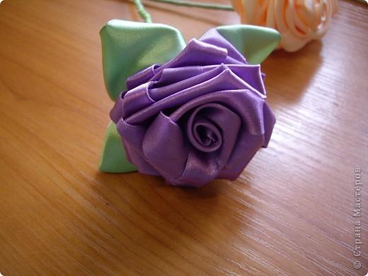 На досуге сделала вот такую розу. Люблю крутить розы из лент, и ничего с этим не могу поделать! Руки сами тянутся к игле и лентам. фото 2