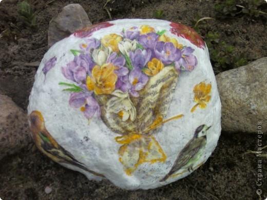 Декупаж камней на даче. фото 2
