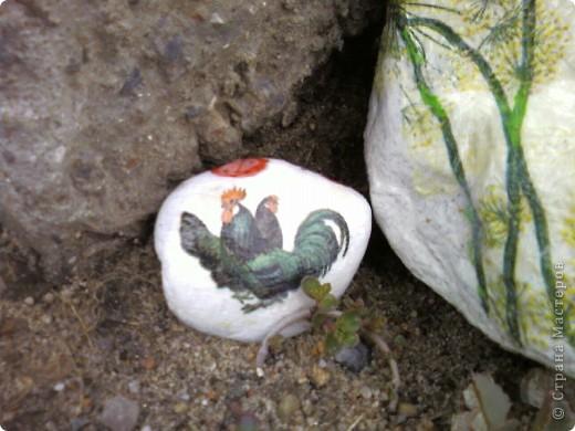Декупаж камней на даче. фото 5