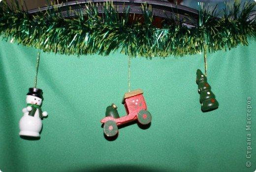"""это новогодний костюм - """"Елочка"""" для мужа)) шила три яруса, в каждый вставляла проволоку по периметру, чтобы был круг, украшала мишурой, вначале пришивала, потом бросила это дело и приклеила на горячий пистолет, шары пришивала, деревянные игрушки (очень мне нравятся) покупала готовые в магазине, также добавила немного рисунков контурами по ткани и керамике (разницы не вижу). Под ярусами есть подклад по всей длине, на котором и держатся второй и третий ярусы. Также был еще головной убор из проволоки, закрученной спиралью и обмотанной мишурой, очень мило,он еще подпрыгивает, как пружинка, сфотографировать не получается, на фото вообще не понятно, что это, мишура бликует, а без вспышки тоже не видно(( спасибо,что заглянули фото 7"""