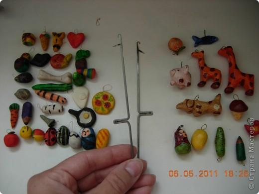Такие бирюльки мы слепили с сыном.Он делал простые по форме фигурки,раскрашивал фигурку одним цветом,а я прорисовывала детали.Ещё лаком надо покрыть. Ряды сверху вниз: подарок,мороженное,рыбка,сердечко; матрёшка(не было тонкой кисточки,получилась страшная),птица(ещё не докрашена),улитка,кактус в горшке; ёжик,косточка,ёлка и пирамидка(плохой ракурс,не видно); мышка(поверьте на слово :),змея с червяком,белое в форме капли-не раскрашенная паутинка с паучком,пицца с помидорами и зеленью; морковка,карандаш,берёзовое палено и гвоздик,сковородка с яичницей; яблоко,колобок(для взрослых-смайлик),мячик,божья коровка,жук,яйцо(уже проклюнувшееся),малыш в пелёнке,батон. фото 3