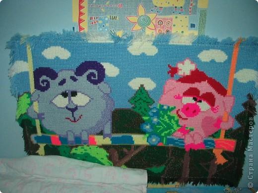 Сделала этот коврик около 4 лет назад. Мультфильм тогда был очень популярен и нравился младшей дочке. На крупной пластиковой канве вышивала нитками для вязания. Картинка из интернета. Схему разрабатывала сама.