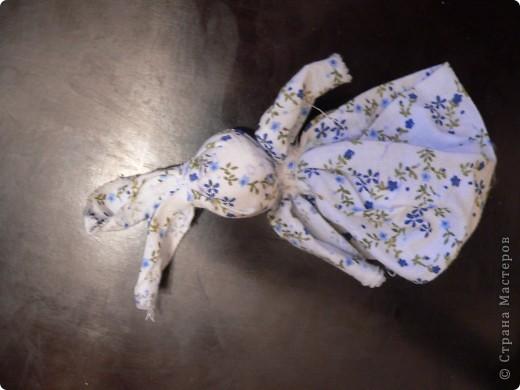 Это самые простые куколки, для изготовления нужно пару лоскутков и вата или шерсть. Зайка, утешительница (дочке в яслях помогала), кукла-колокольчик и пеленашка (тоже очень маленькой доче понравилась, особенно распеленывать) фото 3