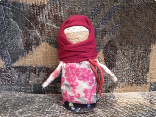 Это самые простые куколки, для изготовления нужно пару лоскутков и вата или шерсть. Зайка, утешительница (дочке в яслях помогала), кукла-колокольчик и пеленашка (тоже очень маленькой доче понравилась, особенно распеленывать) фото 4