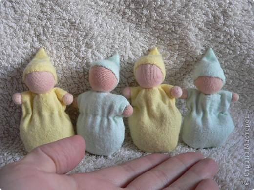 Куклы сшиты из фланели или трикотажа (идею почерпнула в образцах продукции студии Ирины Мавричевой). Наполнены прокаленой крупой, предающей чудесный аромат куколкам. А как приятно щупать такого малыша! фото 4