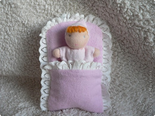 Куклы сшиты из фланели или трикотажа (идею почерпнула в образцах продукции студии Ирины Мавричевой). Наполнены прокаленой крупой, предающей чудесный аромат куколкам. А как приятно щупать такого малыша! фото 3