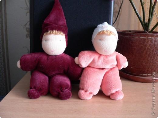 Куклы сшиты из фланели или трикотажа (идею почерпнула в образцах продукции студии Ирины Мавричевой). Наполнены прокаленой крупой, предающей чудесный аромат куколкам. А как приятно щупать такого малыша! фото 5