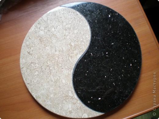 у брата в камнерезной мастерской нашла кусочки ненужного камня и сделала маме подставочку. Светлый камень - диано, темный - галактик стар, и если не ошибаюсь, это разновидности мрамора и гранита