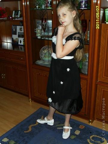 вот такое вот платье ,я перешила  со своего старого вечернего, для дочери праздничное.Немного добавила цветочков беленьких и сшила поясок тоже белый .   фото 2