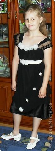 вот такое вот платье ,я перешила  со своего старого вечернего, для дочери праздничное.Немного добавила цветочков беленьких и сшила поясок тоже белый .   фото 1