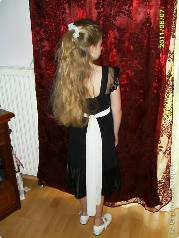 вот такое вот платье ,я перешила  со своего старого вечернего, для дочери праздничное.Немного добавила цветочков беленьких и сшила поясок тоже белый .   фото 4